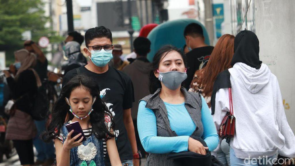 Foto: Bandung Zona Merah, Jalan Asia Afrika Tetap Ramai Wisatawan