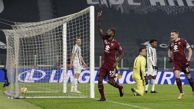 Torino's Nicolas Nkoulou celebrates after scoring during the Serie A soccer match between Juventus and Torino at the Allianz Stadium in Turin, Italy, Saturday, Dec. 5, 2020. (Fabio Ferrari/LaPresse via AP)