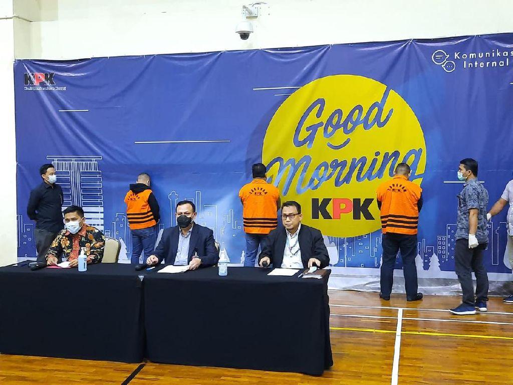 Dini Hari, KPK Pamerkan 3 Orang Terkait OTT Pejabat Kemensos