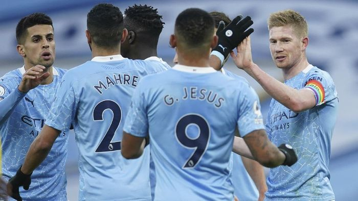 Manchester Citys Kevin De Bruyne, right, celebrates with team mates after scoring his sides second goal from a penalty kick during an English Premier League soccer match between Manchester City and Fulham at the Etihad stadium in Manchester, England, Saturday, Dec. 5, 2020. (AP Photo/Dave Thompson)