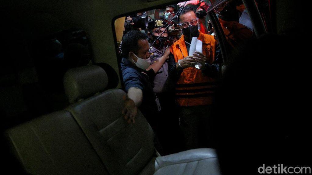 Momen Mensos Juliari Batubara Digelandang ke Rutan KPK