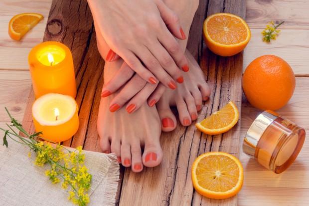 Perdalam sensasi dengan memijat  ke telapak kaki, tumit, dan diantara celah jari kaki.