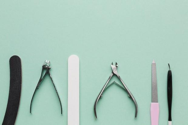 Yang paling utama dan penting dari melakukan pedikur kuku adalah nail kit.