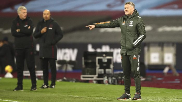 Manchester Uniteds manager Ole Gunnar Solskjaer stands on the touchline during the English Premier League soccer match between West Ham United and Manchester United at the London stadium in London, England, Saturday, Dec. 5, 2020. (Julian Finney/Pool Via AP)