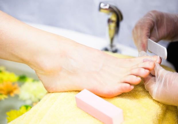 Keluarkan penyangga kaki sampai bebas dari kulit mati dan kotoran.