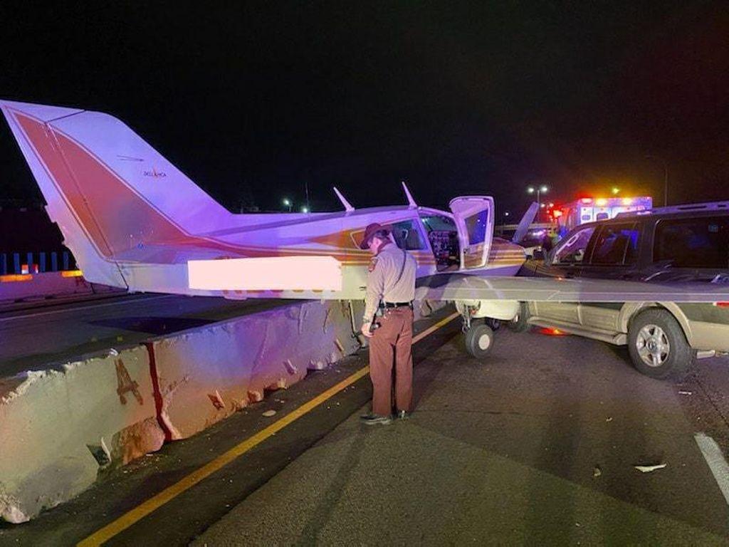 Detik-detik Pesawat Mendarat Darurat di Tol Sampai Tabrak Mobil