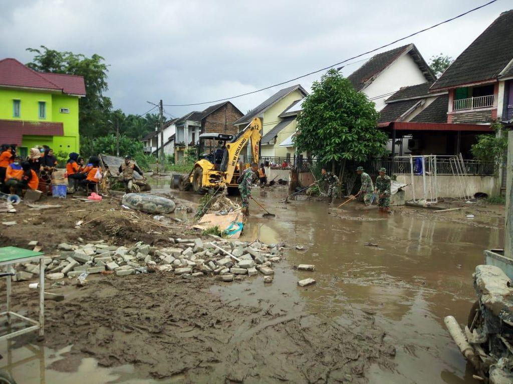 Tim Gabungan Bersihkan Lumpur Pascabanjir di Medan Sumut