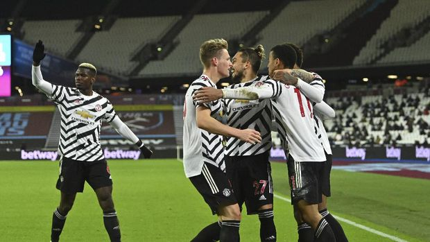 Manchester United's Mason Greenwood, right, celebrates with teammates after scoring his side's second goal during the English Premier League soccer match between West Ham United and Manchester United at the London stadium in London, England, Saturday, Dec. 5, 2020. (Justin Setterfield/Pool Via AP)