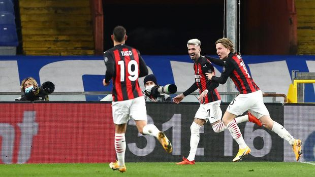 GENOA, ITALY - DECEMBER 06: Samu Castillejo of AC Milan celebrates with team mates Jens Petter Hauge and Theo Hernandez after scoring their sides second goal  during the Serie A match between UC Sampdoria and AC Milan at Stadio Luigi Ferraris on December 06, 2020 in Genoa, Italy. Sporting stadiums around Italy remain under strict restrictions due to the Coronavirus Pandemic as Government social distancing laws prohibit fans inside venues resulting in games being played behind closed doors. (Photo by Marco Luzzani/Getty Images)
