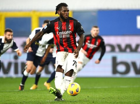 GENOA, ITALY - DECEMBER 06: Franck Kessie of AC Milan scores their sides first goal from the penalty spot during the Serie A match between UC Sampdoria and AC Milan at Stadio Luigi Ferraris on December 06, 2020 in Genoa, Italy. Sporting stadiums around Italy remain under strict restrictions due to the Coronavirus Pandemic as Government social distancing laws prohibit fans inside venues resulting in games being played behind closed doors. (Photo by Marco Luzzani/Getty Images)