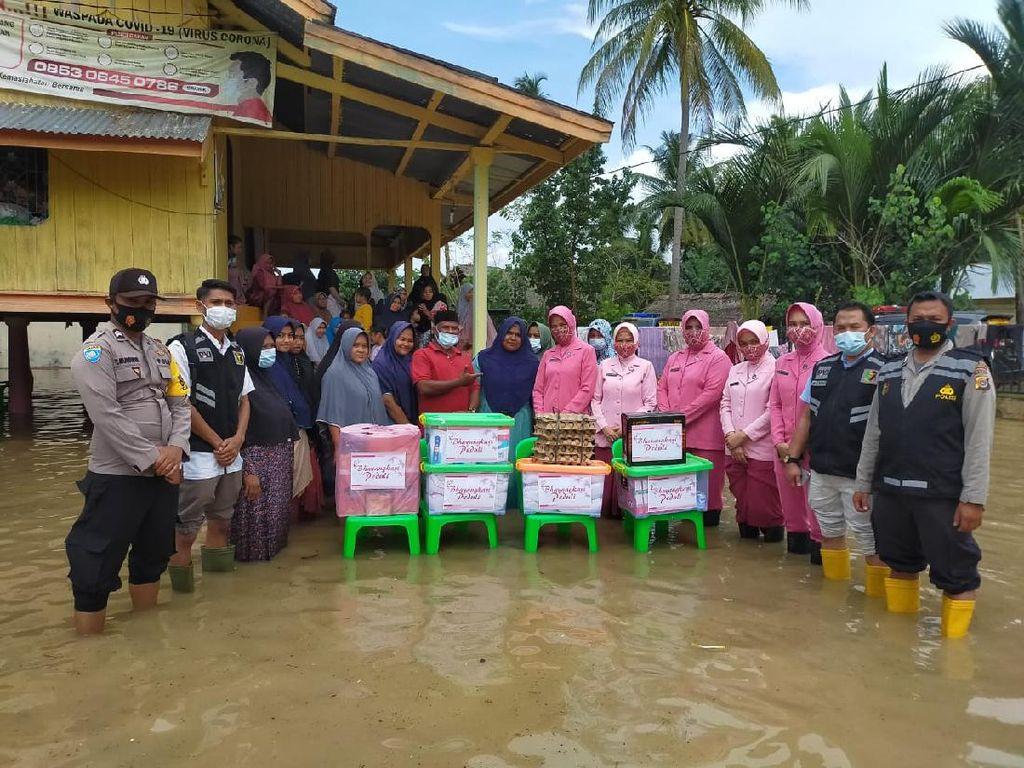 Banjir Landa Aceh Utara, Bhayangkari Polres Lhokseumawe Serahkan Bantuan
