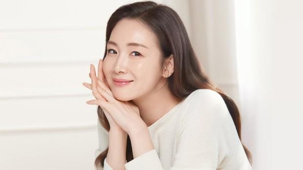 salah satu rahasia cantik Choi Ji Woo yaitu skincare routine yang meliputi tahap membersihkan muka, memakai moisturizing night cream, serta menggunakan face mask seminggu sekali