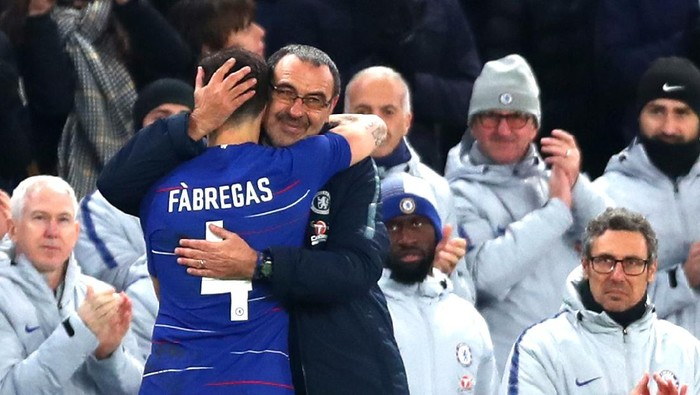 LONDON, ENGLAND - JANUARY 05:  Cesc Fabregas of Chelsea emrbraces Maurizio Sarri, Manager of Chelsea as he comes off during the FA Cup Third Round match between Chelsea and Nottingham Forest at Stamford Bridge on January 5, 2019 in London, United Kingdom.  (Photo by Clive Rose/Getty Images)