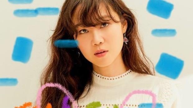 salah satu rahasia cantik Gong Hyo Jin yaitu mengaplikasikan kapas yang telah direndam dalam air dan ditaruh di freezer ke area bawah mata