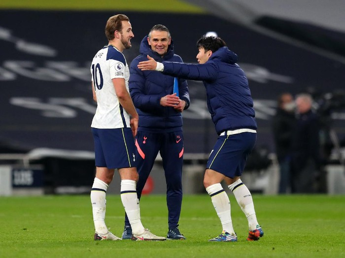 LONDON, ENGLAND - DECEMBER 06: Harry Kane of Tottenham Hotspur and Son Heung-min of Tottenham Hotspur share a joke after the Premier League match between Tottenham Hotspur and Arsenal at Tottenham Hotspur Stadium on December 06, 2020 in London, England. A limited number of fans are welcomed back to stadiums to watch elite football across England. This was following easing of restrictions on spectators in tiers one and two areas only. (Photo by Catherine Ivill/Getty Images)
