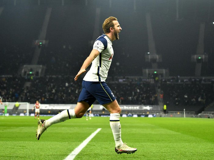 LONDON, ENGLAND - DECEMBER 06: Harry Kane of Tottenham Hotspur celebrates after scoring their sides second goal during the Premier League match between Tottenham Hotspur and Arsenal at Tottenham Hotspur Stadium on December 06, 2020 in London, England. A limited number of fans (2000) are welcomed back to stadiums to watch elite football across England. This was following easing of restrictions on spectators in tiers one and two areas only. (Photo by Glyn Kirk - Pool/Getty Images)