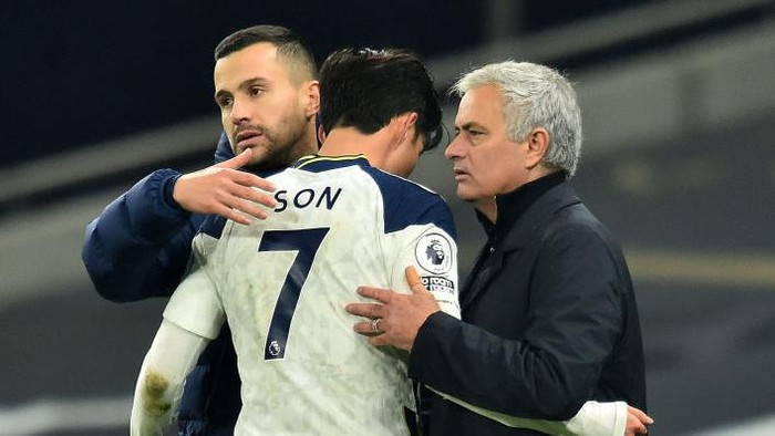 LONDON, ENGLAND - DECEMBER 06: Jose Mourinho, Manager of Tottenham Hotspur and coach Joao Sacramento congratulate Son Heung-Min as he is substituted during the Premier League match between Tottenham Hotspur and Arsenal at Tottenham Hotspur Stadium on December 06, 2020 in London, England. A limited number of fans (2000) are welcomed back to stadiums to watch elite football across England. This was following easing of restrictions on spectators in tiers one and two areas only. (Photo by Glyn Kirk - Pool/Getty Images)