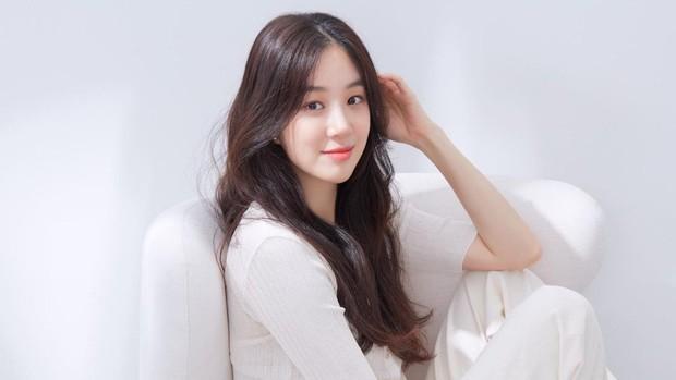 salah satu rahasia cantik Jung Ryeo Won yaitu tampil tanpa makeup di luar jadwal syuting