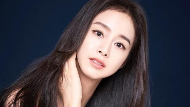 salah satu rahasia cantik Kim Tae Hee yaitu skincare routine yang meliputi pemakaian toner, essence, eye cream, dan Hanskin Real Complexion Cream EX