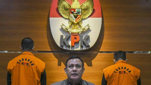 Ketua KPK Firli Bahuri (tengah) memberikan keterangan pers terkait penetapan tersangka kasus suap pengadaan bantuan sosial penanganan COVID-19 di Gedung Komisi Pemberantasan Korupsi (KPK), Jakarta, Minggu (6/12/2020). Menteri Sosial Juliari P Batubara dan Pejabat Pembuat Komitmen di Kementerian Sosial Adi Wahyono ditetapkan sebagai tersangka oleh KPK atas dugaan menerima suap terkait pengadaan bantuan sosial penanganan COVID-19 di Kementerian Sosial usai Operasi Tangkap Tangan (OTT) pejabat Kemensos. ANTARA FOTO/Galih Pradipta/aww.