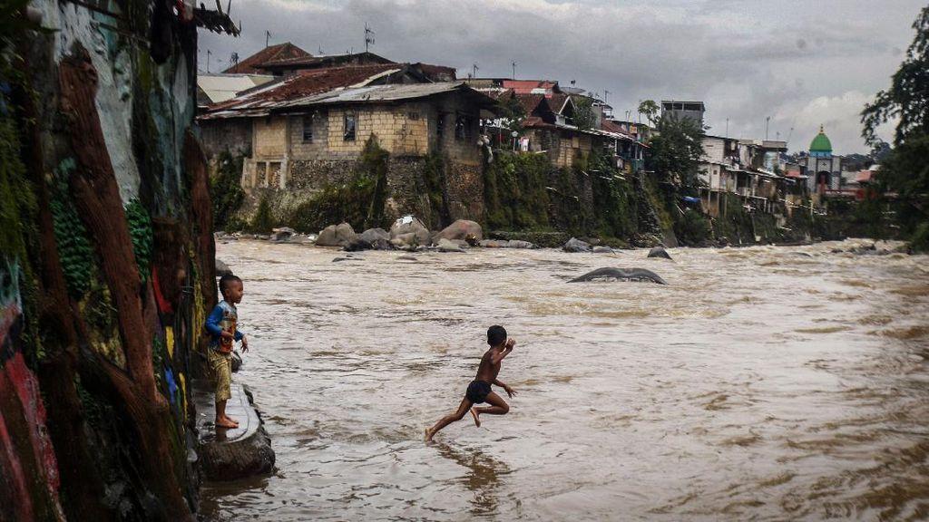 Kurang Lahan Bermain, Anak-anak Main di Aliran Deras Sungai Ciliwung