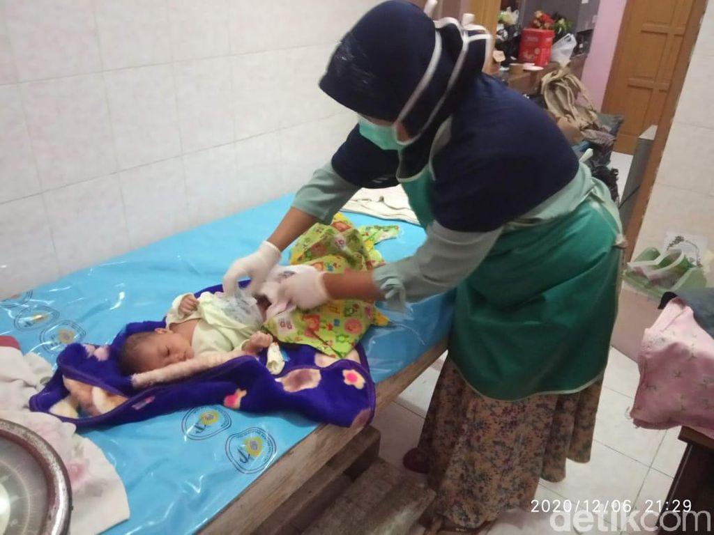 Bayi Masih Hidup Ditemukan Tergeletak di Depan Teras Rumah Warga Lamongan