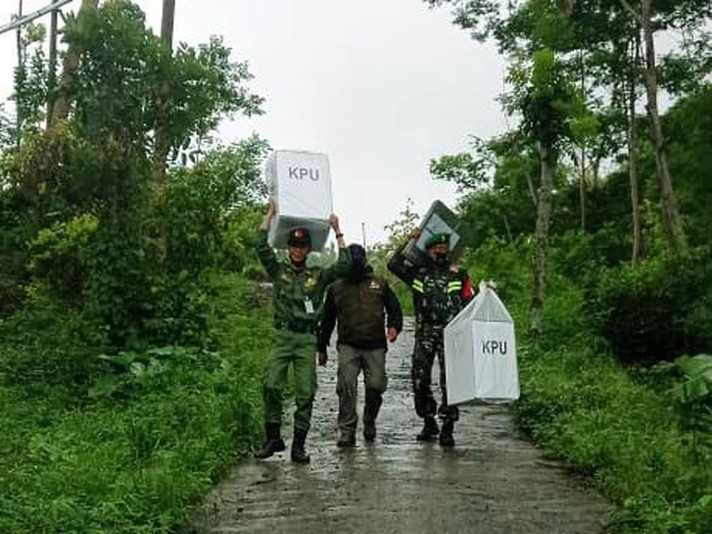 Distribusi Logistik ke 3 Dusun Ini Harus Memutar 60 Km Lewat Daerah Lain
