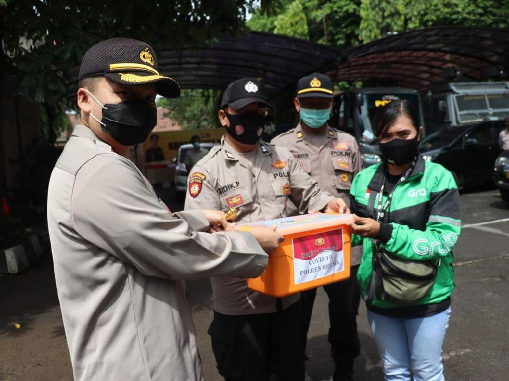 10 Ton Beras Dibagikan Polisi untuk Warga Terdampak COVID-19 di Gresik