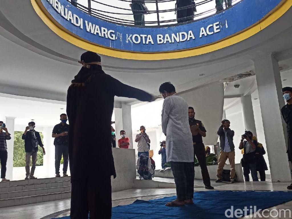 Lecehkan Pria di Tempat Pijat, Pemuda di Aceh Dicambuk 37 Kali