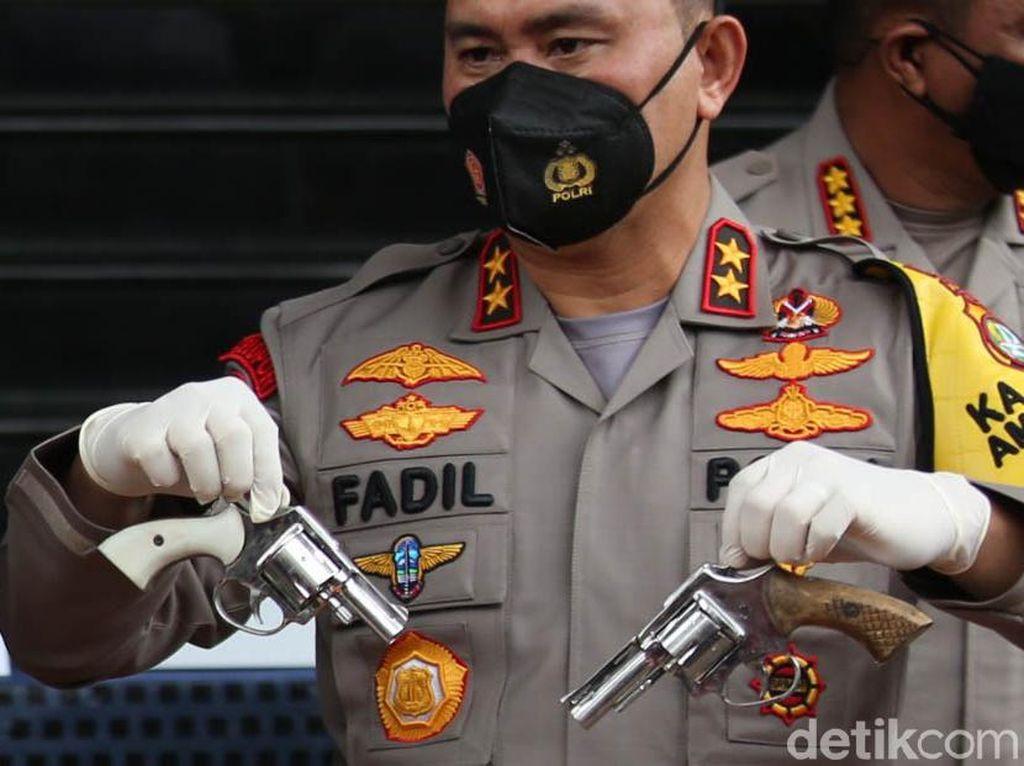 Penampakan Barang Bukti Pengikut Habib Rizieq: Pistol hingga Samurai
