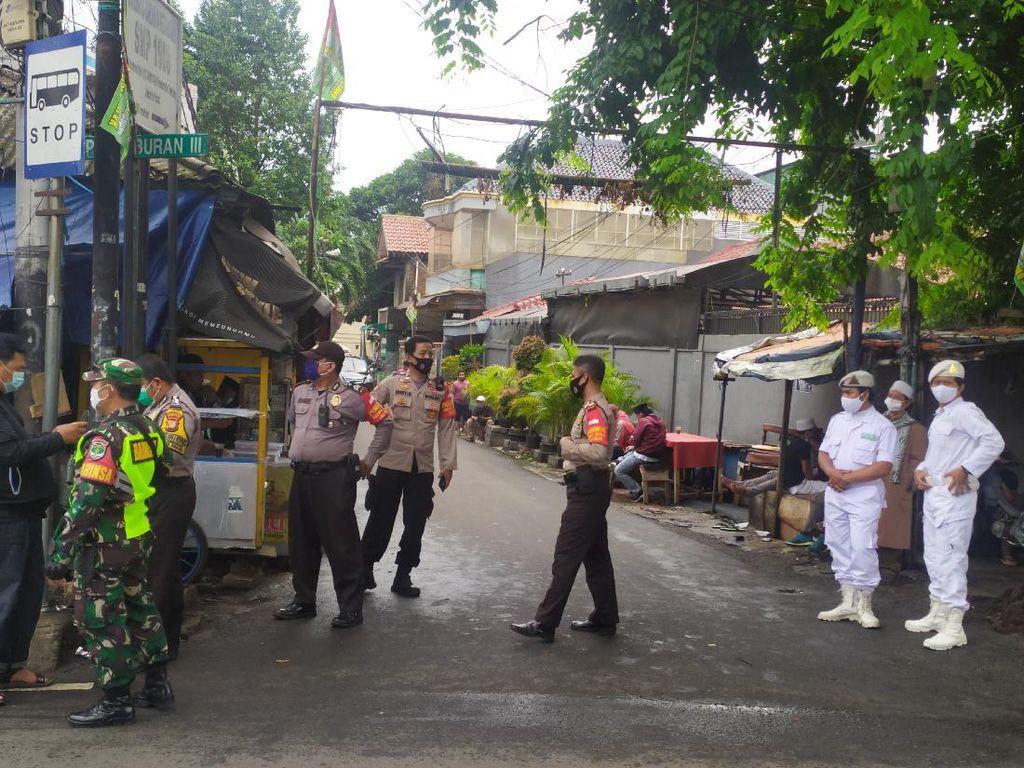 Jelang Pemeriksaan Habib Rizieq, Polisi Berjaga di Jalan Petamburan