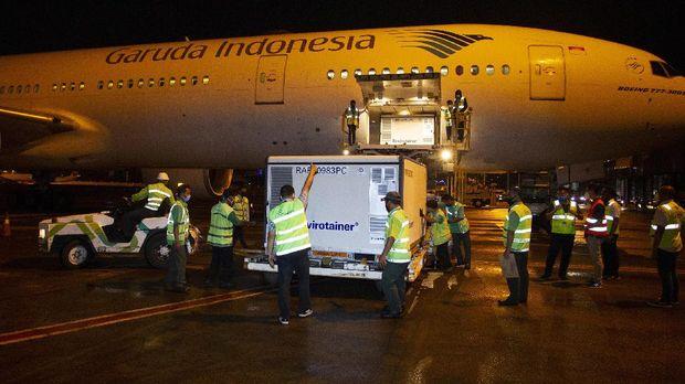 Petugas menurunkan kontainer berisi vaksin COVID-19 saat tiba di Bandara Soekarno-Hatta, tangerang, Banten, Minggu (6/12/2020). Sebanyak 1,2 juta dosis vaksin COVID-19 buatan perusahaan farmasi Sinovac, China, tiba di tanah air untuk selanjutnya akan diproses lebih lanjut ke Bio Farma selaku BUMN produsen vaksin. ANTARA FOTO/Dhemas Reviyanto/pras.