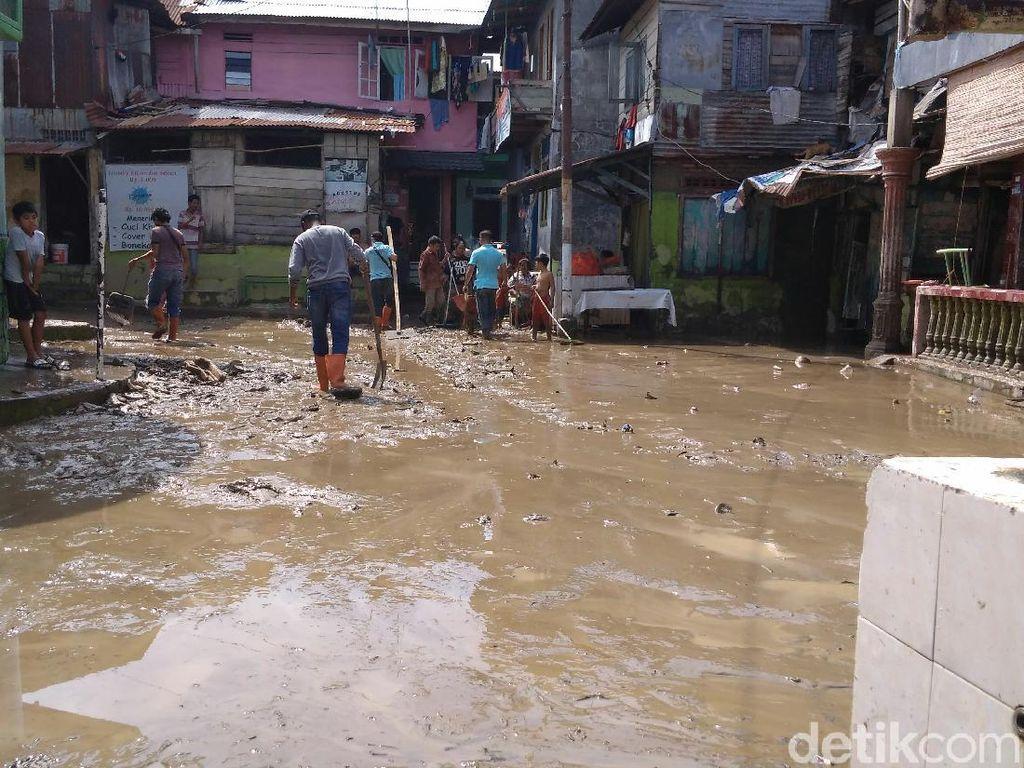 Pascabanjir, Warga Kampung Aur Medan Bersihkan Rumah-Keruk Lumpur