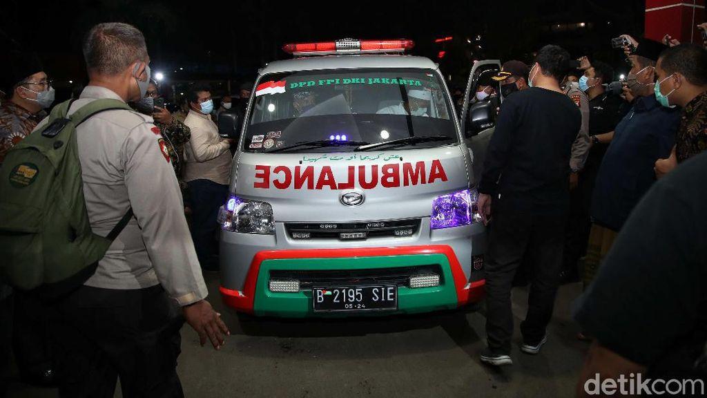 Ambulans Jemput Jenazah Laskar FPI di RS Polri