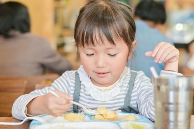 Sama seperti orang dewasa, anak-anak akan enggan makan saat kenyang dan lahap saat ia sedang lapar. Penting bagi orangtua untuk bisa mengenali kapan anak mulai lapar. Jangan paksakan anak makan saat ia memang tidak ingin makan.