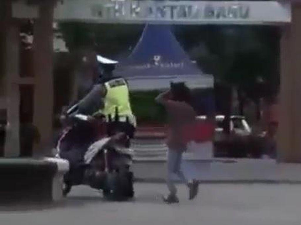 Viral, Bocah Ngamuk Banting Motor saat Disetop Polisi