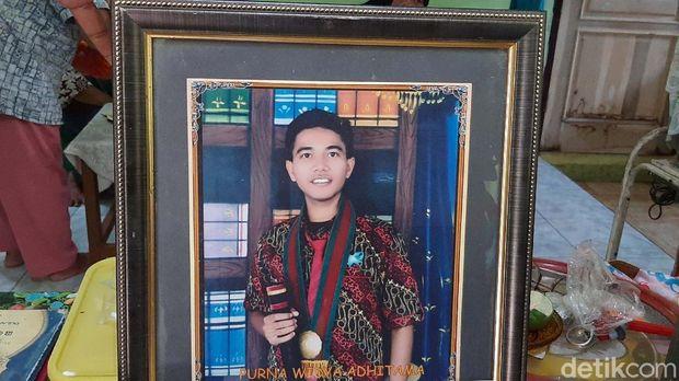Kematian tragis Dony Saputra (24) yang menjadi korban mutilasi di Kalimalang, Bekasi membuat syok keluarganya. Ibu korba tampak menangis.