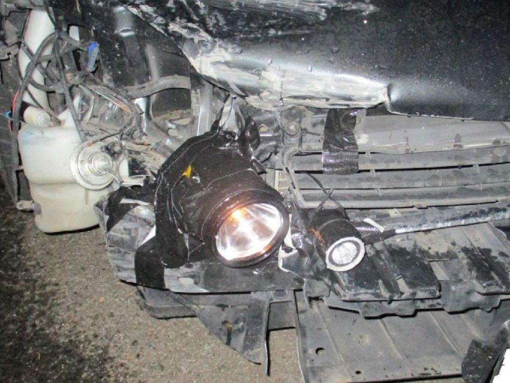 Lampu Depan Mobil Rusak, Pengemudi Ini Ganti dengan Senter