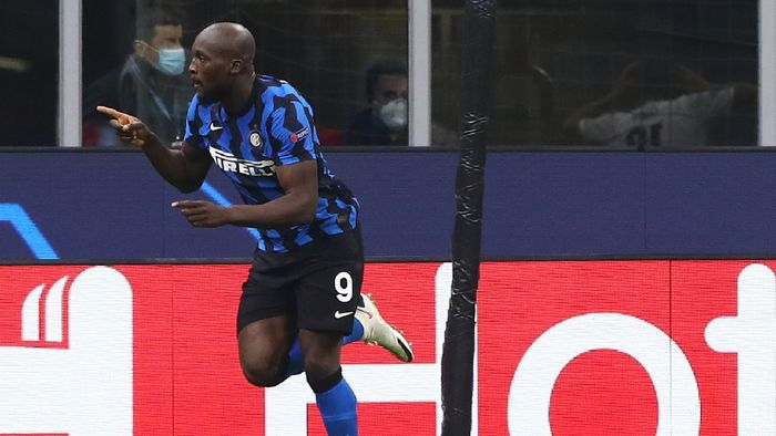 MILAN, ITALY - OCTOBER 21: Romelu Lukaku (L) of FC Internazionale celebrates his second goal during the UEFA Champions League Group B stage match between FC Internazionale and Borussia Moenchengladbach at Stadio Giuseppe Meazza on October 21, 2020 in Milan, Italy. (Photo by Marco Luzzani/Getty Images)