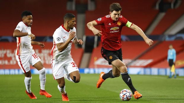 MANCHESTER, ENGLAND - OCTOBER 28: Harry Maguire of Manchester United and Benjamin Henrichs of RB Leipzig  battle for the ball  during the UEFA Champions League Group H stage match between Manchester United and RB Leipzig at Old Trafford on October 28, 2020 in Manchester, England. Sporting stadiums around the UK remain under strict restrictions due to the Coronavirus Pandemic as Government social distancing laws prohibit fans inside venues resulting in games being played behind closed doors. (Photo by Clive Brunskill/Getty Images)