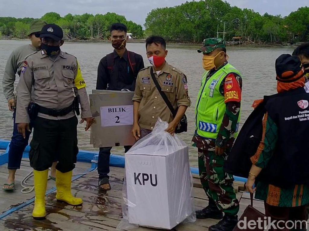 Perjalanan Logistik Pilkada Pekalongan, Seberangi Sungai-Susuri Hutan Bakau