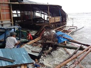 Diterjang Gelombang Pasang, Puluhan Warung di Pantai Kota Tegal Rusak