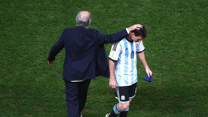 SAO PAULO, BRAZIL - JULY 09: Head coach Alejandro Sabella of Argentina reacts with Lionel Messi at the end of extra time during the 2014 FIFA World Cup Brazil Semi Final match between the Netherlands and Argentina at Arena de Sao Paulo on July 9, 2014 in Sao Paulo, Brazil.  (Photo by Julian Finney/Getty Images)