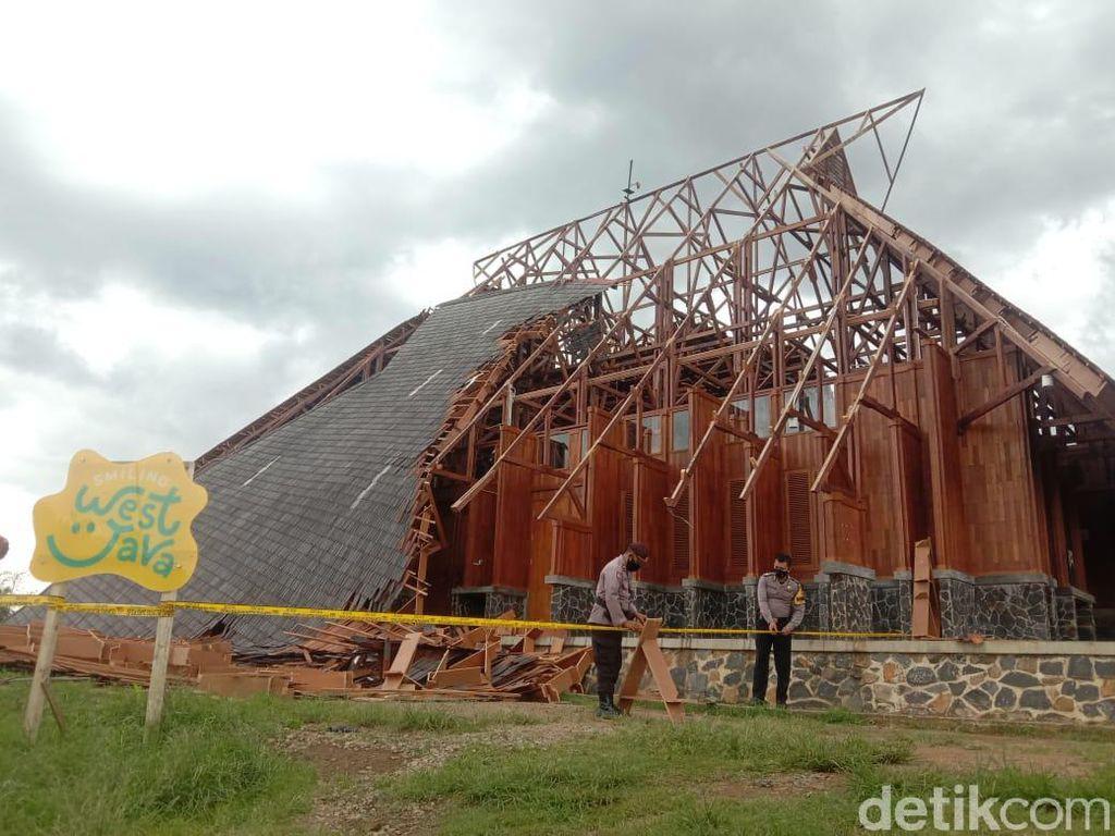 Atap Gedung Pusat Kesenian di Sumedang Ambruk Akibat Angin Kencang