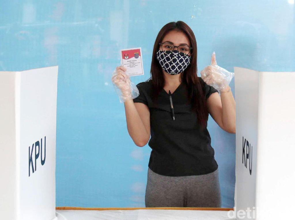 Penampilan Ayu Ting Ting Ikuti Protokol Kesehatan ke TPS