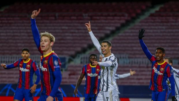 Juventus' Cristiano Ronaldo, center, gestures during the Champions League group G soccer match between FC Barcelona and Juventus at the Camp Nou stadium in Barcelona, Spain, Tuesday, Dec. 8, 2020. (AP Photo/Joan Monfort)