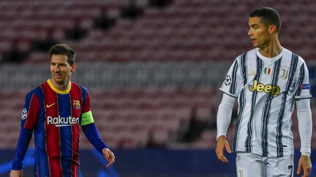 Barcelona's Lionel Messi, left, and Juventus' Cristiano Ronaldo during the Champions League group G soccer match between FC Barcelona and Juventus at the Camp Nou stadium in Barcelona, Spain, Tuesday, Dec. 8, 2020. (AP Photo/Joan Monfort)