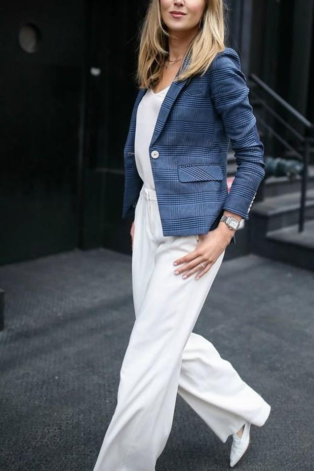 Pilih pakaian yang terlihat professional dan sesuaikan dengan jenis pekerjaan.