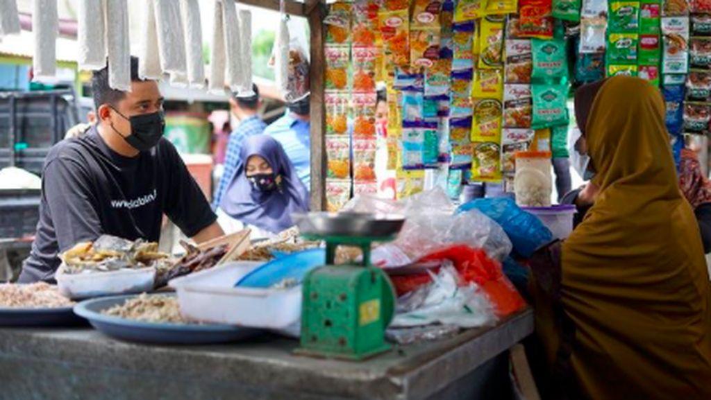 Bobby Nasution Blusukan ke Pasar hingga Review Kue UMKM