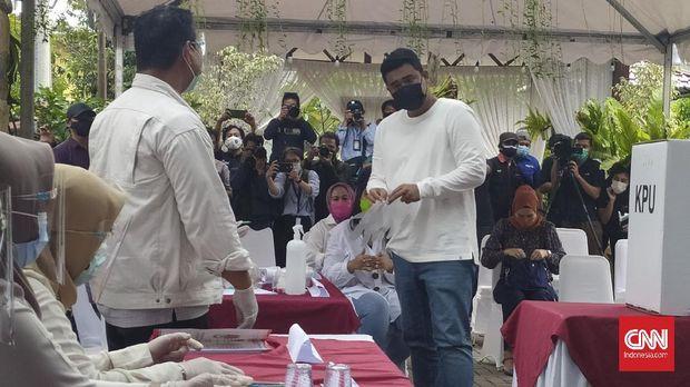 Calon wali kota Pilkada Medan, Bobby Nasution menggunakan hak suaranya di TPS nomor 22 di Komplek Taman Setia Budi Indah, Medan, Rabu (9/12),